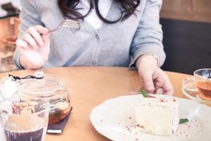 カフェでケーキを食べる女の子